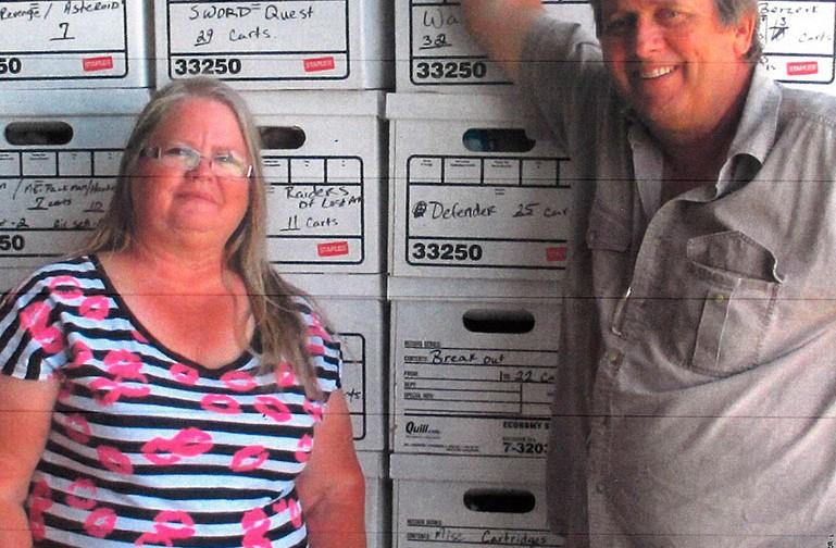 Mai 2014 - Debora und Joseph Lewandowski vor Kisten mit ausgegrabenen Spielen